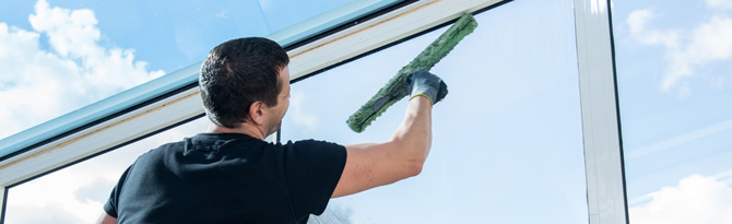 Lavage de vitres par un expert du nettoyage
